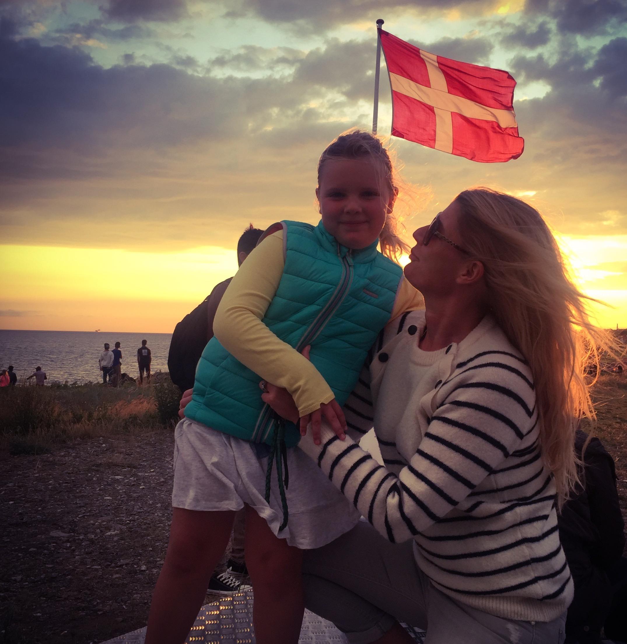 Min datter, Aura-Xenia og jeg ved hendes 1. rigtige store Sankt Hans bål.