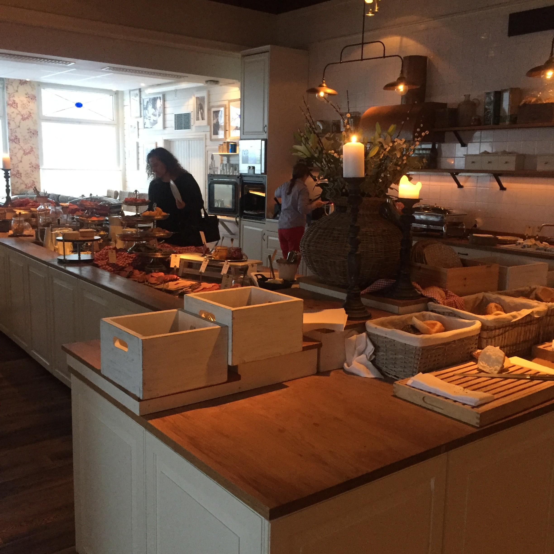 Min veninde spiser morgenmad på Ystad Saltsjöbad.